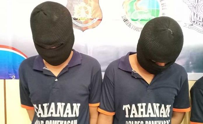 Kedua pelaku pencurian sepeda ontel, yang telah diamankan di Polres Pamekasan