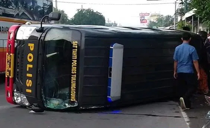 Mobil tahanan Sat Tahti Polres Tulungagung, alami kecelakaan di Jalan Raya Ngantru pada Kamis (5/3)