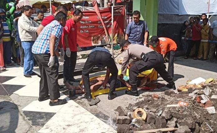 Para petugas, tengah mengevakuasi jenazah korban