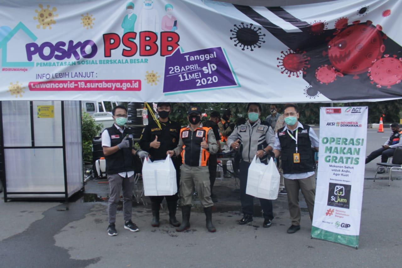 Tim ACT Jatim menyerahkan paket buka puasa untuk petugas PSBB di bundaran Waru