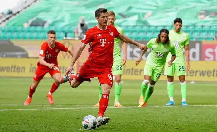 Robert Lewandowski saat mencetak gol ke gawang Wolfsburg, lewat tendangan penalti