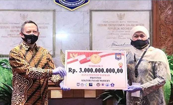 Gubernur Jatim, Khofifah Indar Parawansa saat menerima dua penghargaan dari Kemendagri di Gedung Sasana Bhakti Praja, Kemendagri, Jakarta pada Senin (22/6)
