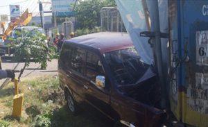 Tabrak Tiang Listrik, Satu Mobil Kijang Ringsek