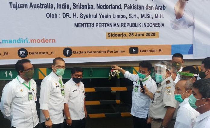 Menteri Pertanian, Syahrul Yasin Limpo (empat dari kanan) saat melepas ekspor sembilan komoditas pertanian di Balai Besar Karantina Pertanian Surabaya, Kamis (25/6)