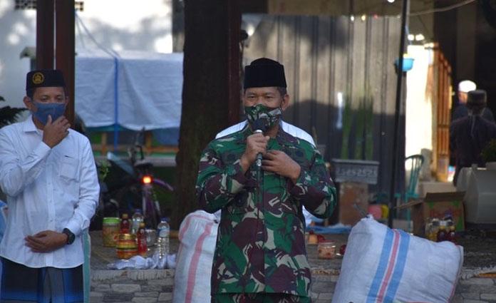 Pangdam V Brawijaya, Mayjen TNI Widodo Iryansyah saat memberikan sambutan di Ponpes Syaichona, Bangkalan, pada Minggu (28/6)