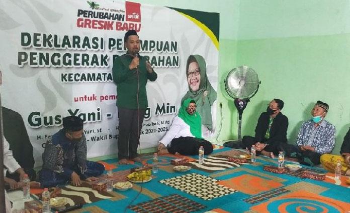 Gus Yani didampingi dengan Ning Min, saat sosialisasi program kepada relawan perempuan penggerak perubahan di Kecamatan Bungah pada Jumat (26/6) siang.