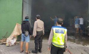 Diduga Korsleting Listrik, Satu Gudang Ekspedisi di Sedati Terbakar