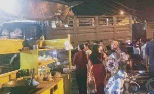 Oleng, Truk Gandeng Tabrak Gerobak Nasi Goreng di Mojokerto