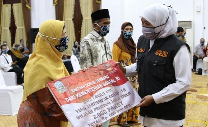 Secara simbolik, Gubernur Jatim Khofifah Indar Parawansa membagikan 2300 paket sembako kepada lansia yang terdampak Covid-19 di Gedung Grahadi, Surabaya, pada Rabu (1/7)