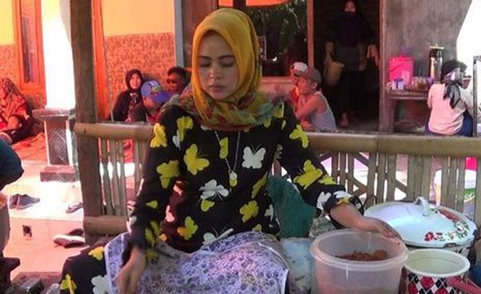 Viral, Umiyati Penjual Rujak Sumenep yang Mirip Syahrini