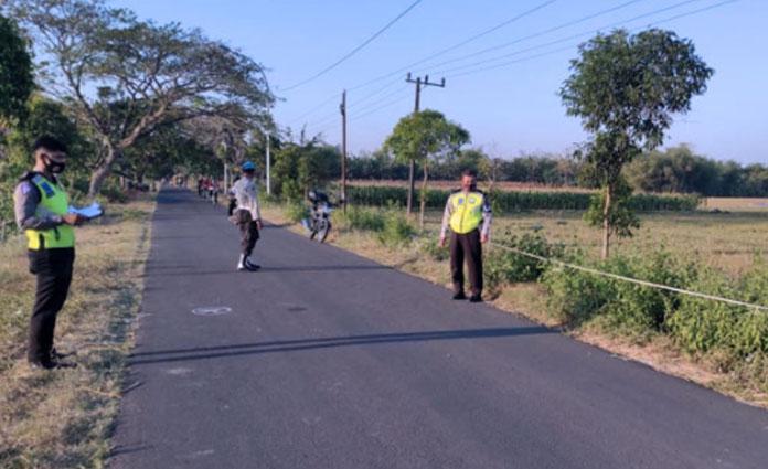 Anggota Kepolisian dari Polsek Senori, Tuban sedang melakukan Olah Tempat Kejadian Perkara (TKP) pada Sabtu (22/8)