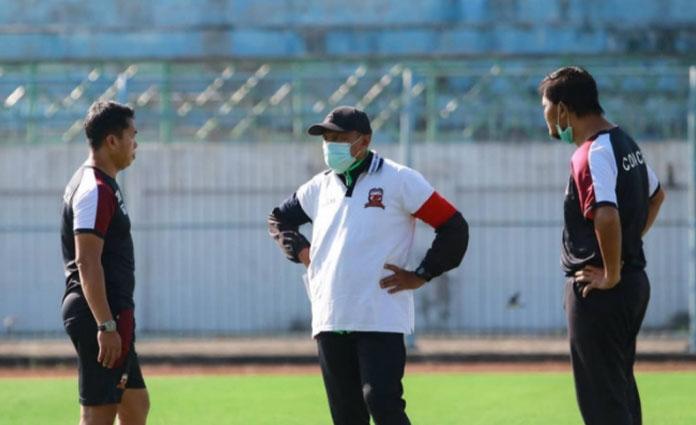 Pelatih Madura United, Rahmad Darmawan saat memantau perkembangan latihan fisik para pemainnya di Stadion Gelora Bangkalan